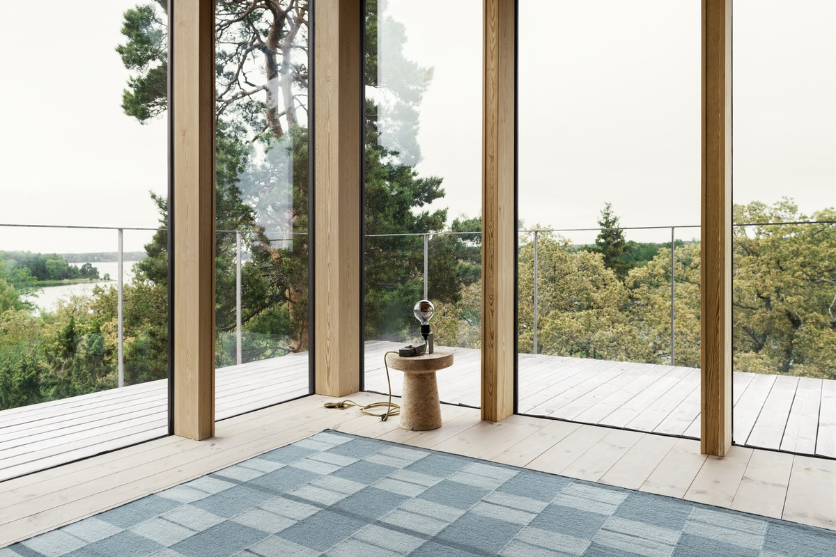 Flatweave rug Båstad in color Blue shown in a beautiful contemporary house in the archipelago.