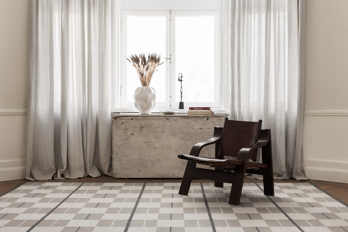Flatweave rug Båstad in color Cream shown in a beautiful, light apartment.