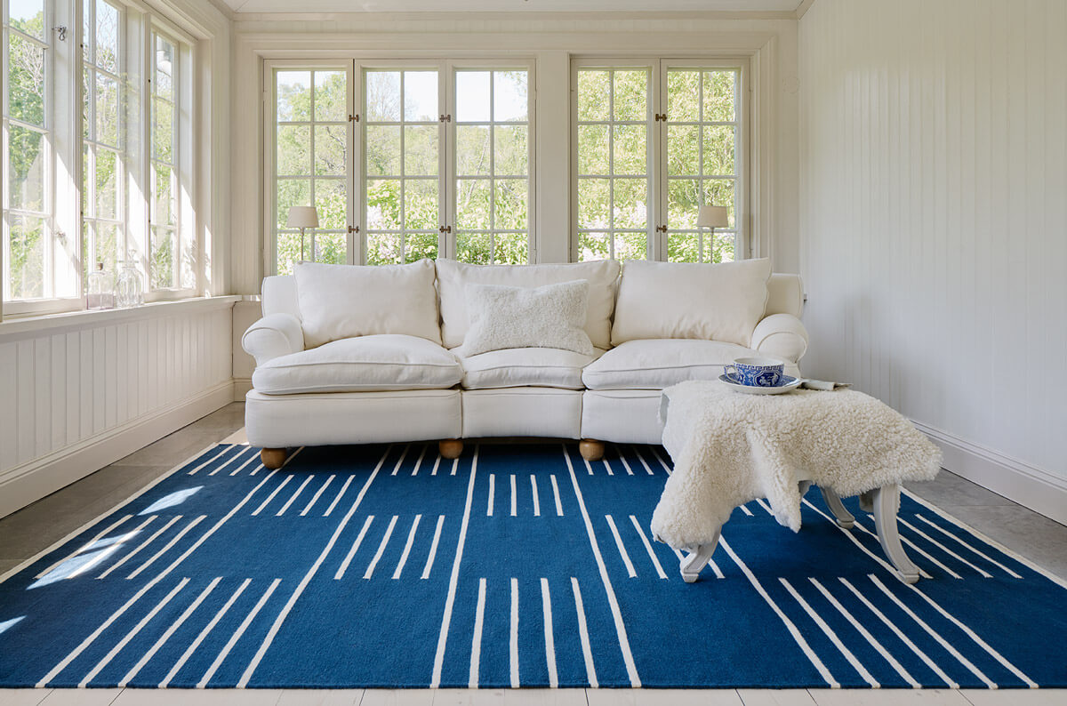 Flatweave rug Classic in color blue displayed in a beautiful archipelago home.