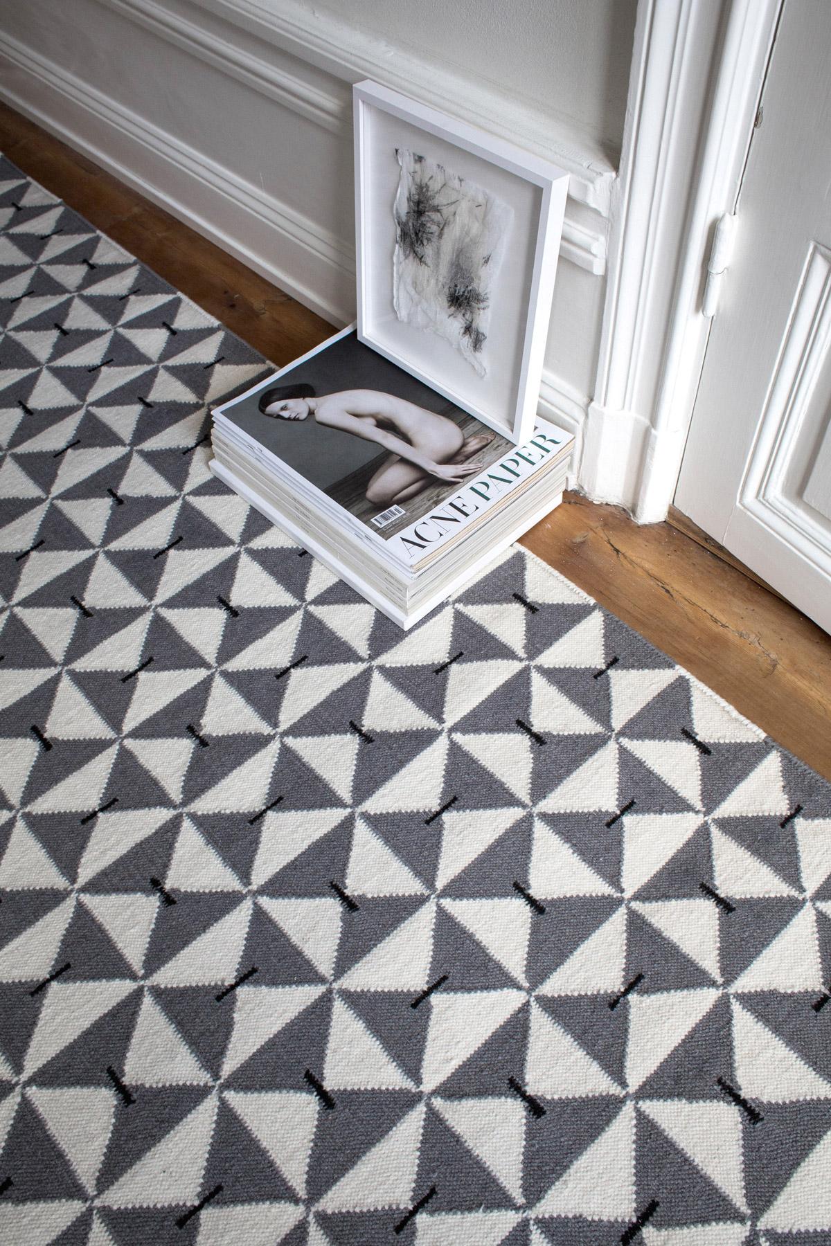 Close up of flatweave rug Mosaik in color Gray.