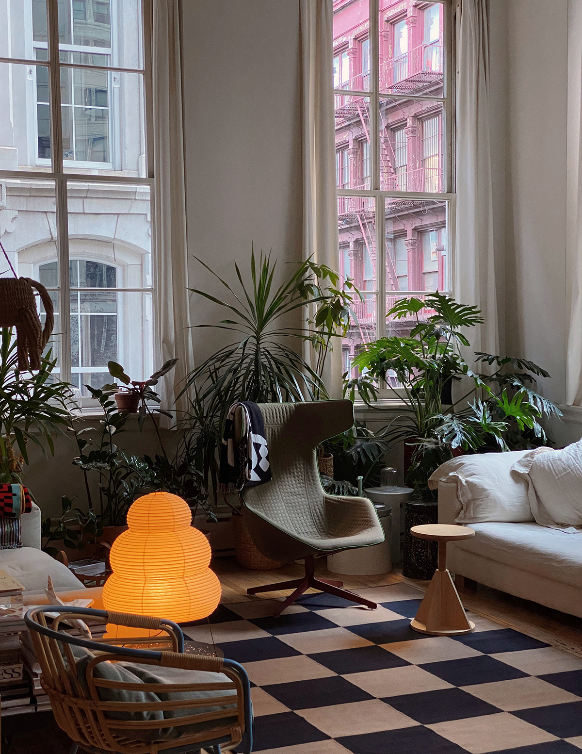 The Square rug in the color Tobacco in an inspiring New York loft, decorated with green plants and design furniture.