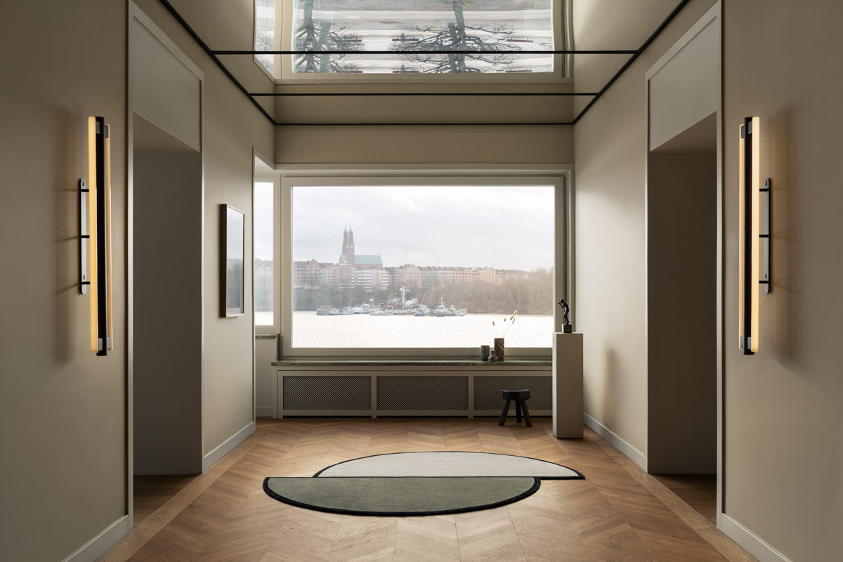 Plush rug AML03 displayed in an inspiring space with mirror ceilings and a gorgeous view.
