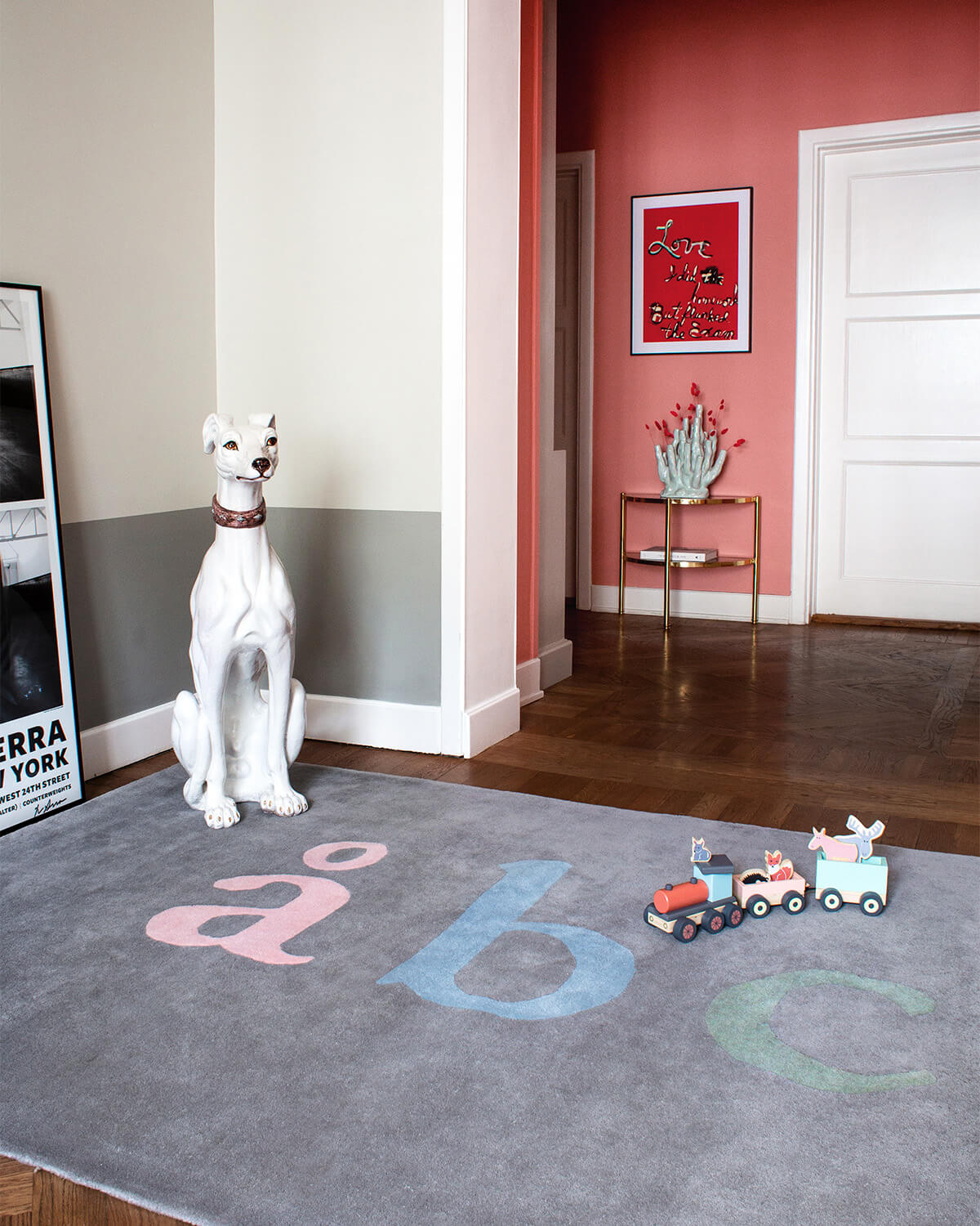 The plush rug ÅBC in color gray displayed in a colorful and fun apartment.