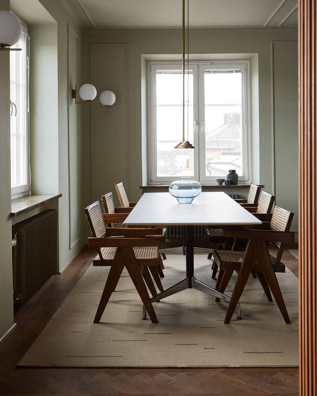 The Rain flat-weave rug in Beige in dining-room with vintage designer chairs