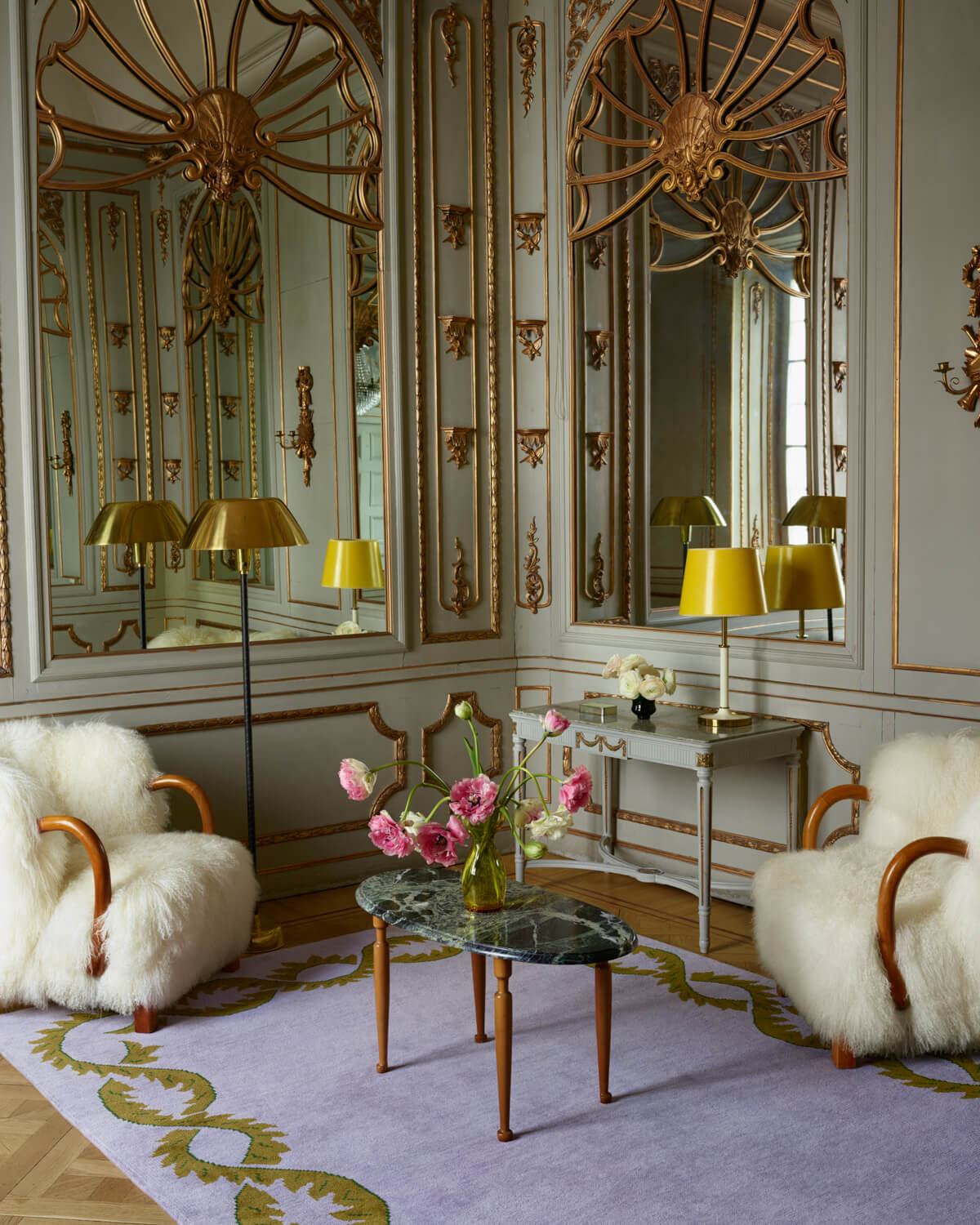 Climbing Vine displayed in an amazing ornamented room together with sheep fur armchairs.