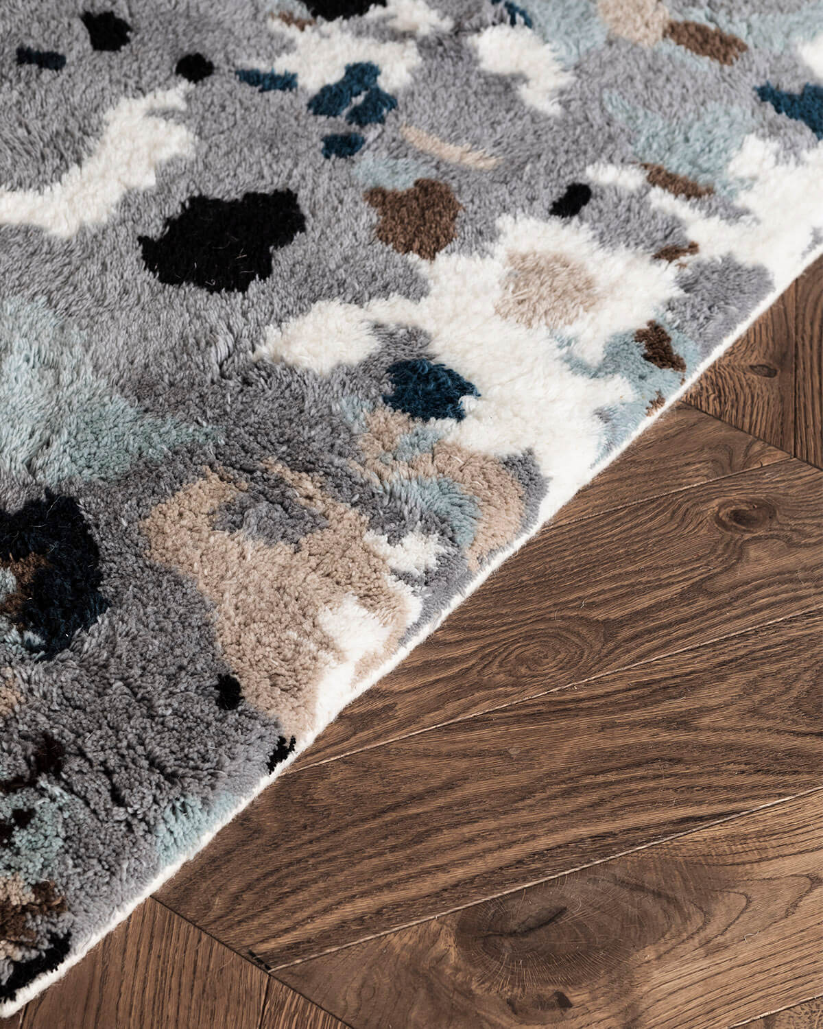 Close-up of the Archipelago rug in the color Gray, showing the edge and texture of the rug.