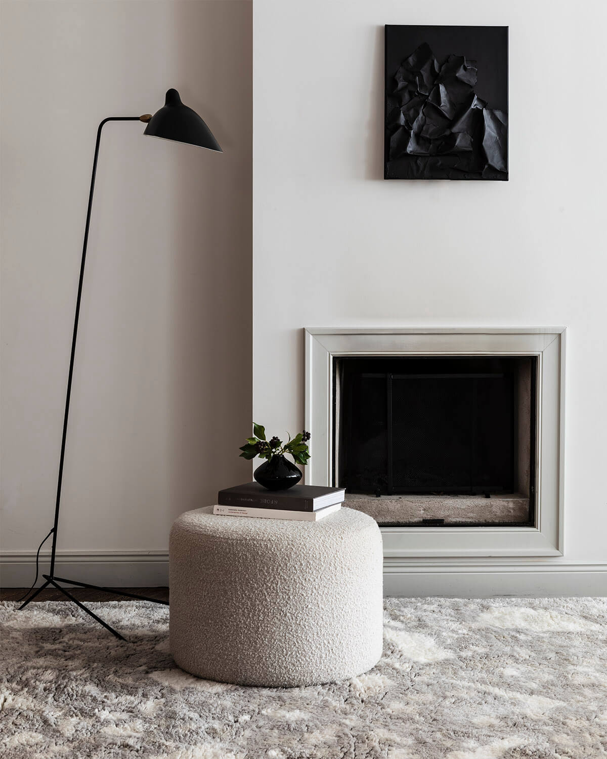 The shaggy rug Archipelago in the color Oatmeal displayed in a light living room setting.