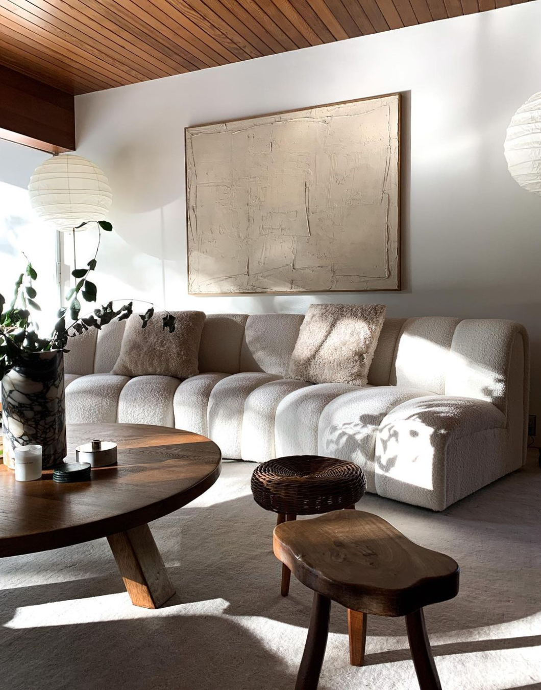 The Grand rug in Dusty White in the beautiful and modern living room of Elsa Hosk.