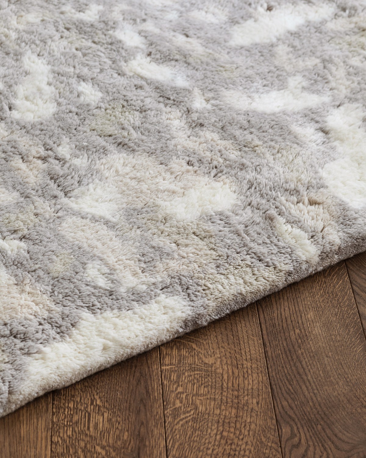 Close up of Archipelago in the color Oatmeal, showing the edge and texture of the rug.